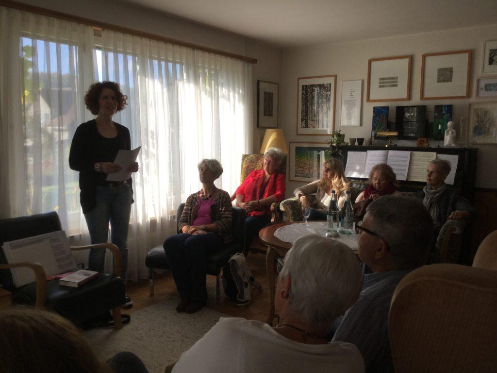 Dominique Anne Schutz präsentiert ihr Buch, angereichert mit Bildern, Geräuschen und Musik.